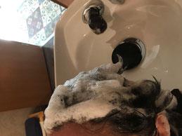 白髪染め後のシャンプーで、流した湯が透明になるまでシャンプー