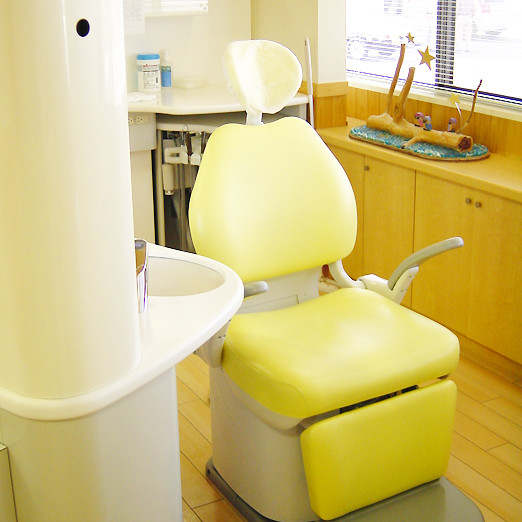 【診察椅子】治療はここで行います。リラックスして下さいね。