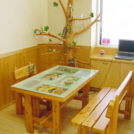 【待合スペース】木製の机と飾り付けで和やかな雰囲気に。