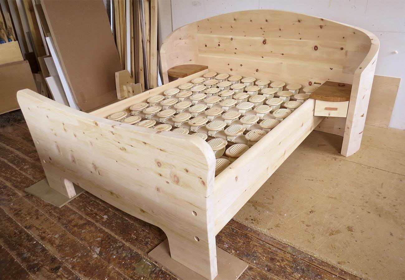 """Einzelbett """"Geborgen sein"""" mit gebogenem Kopfteil, beidseitige Ablagen, Schublade rechts, mit RELAX-Schlafsystem"""