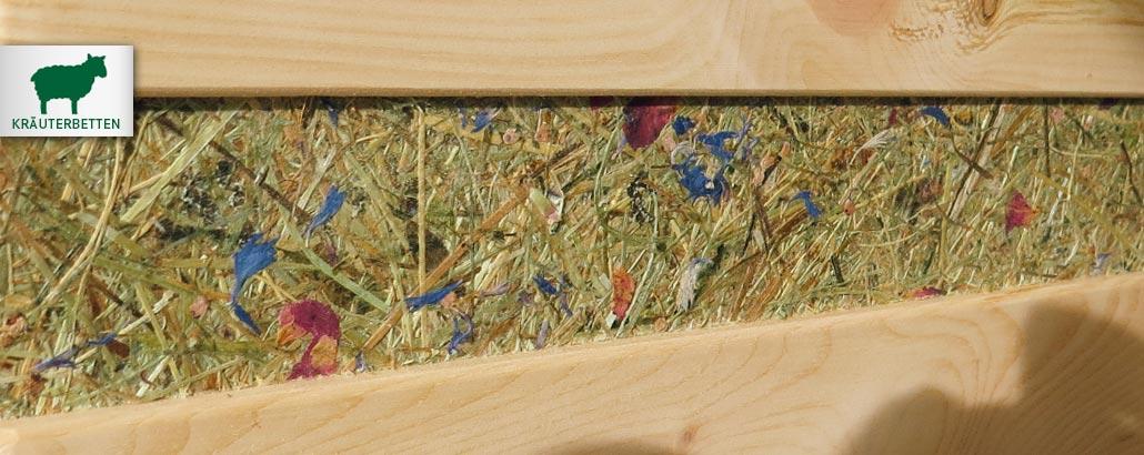 Almkräuter-Betten – vertieft applizierter Streifen aus echten Almkräutern am Zirbenbett, Heu mit Gräsern, Kornblumen und Mohnblumen