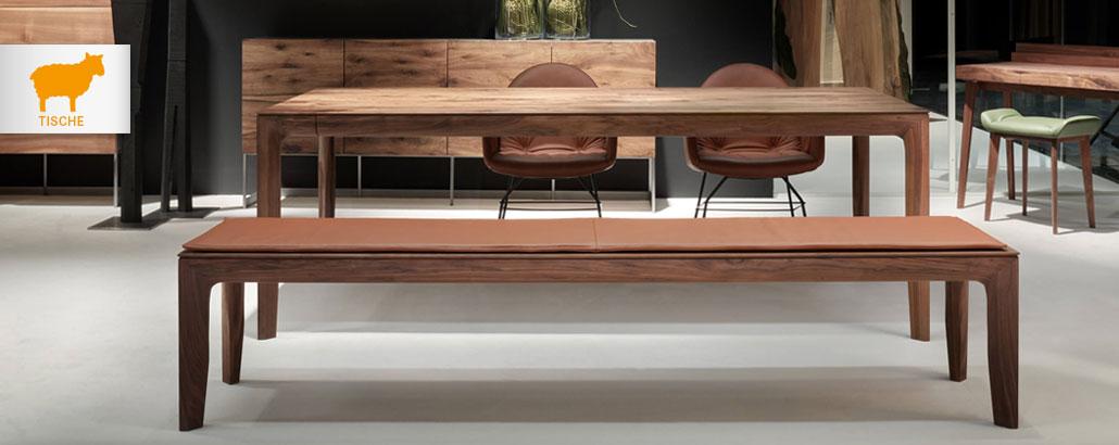 Tische – Tisch und lehnenlose Sitzbank in Nussbaum von Scholtissek