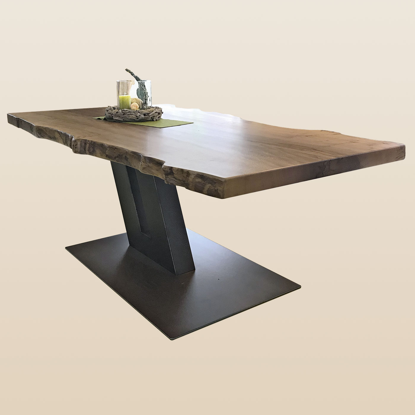 Esstisch mit rustikaler Naturholzkante und schrägem doppeltem Stahlfuß
