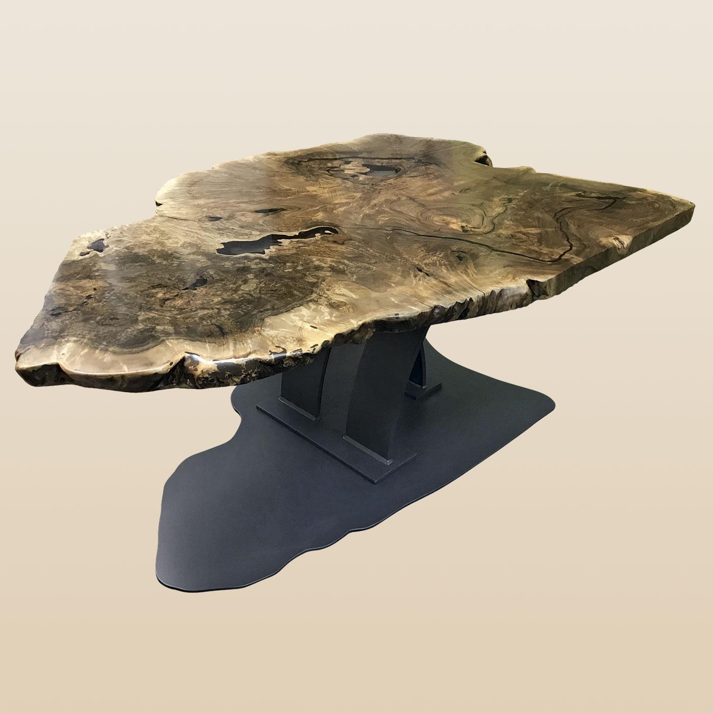 Esstisch mit Stammscheibe und Stahlfuß, Bodenplatte in Form der Stammscheibe