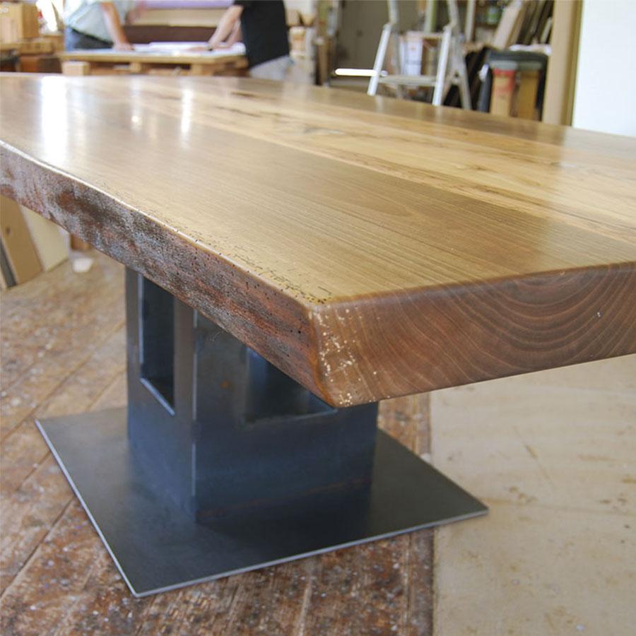 Unikat-Tisch mit Säulenfuß aus Corten-Stahl