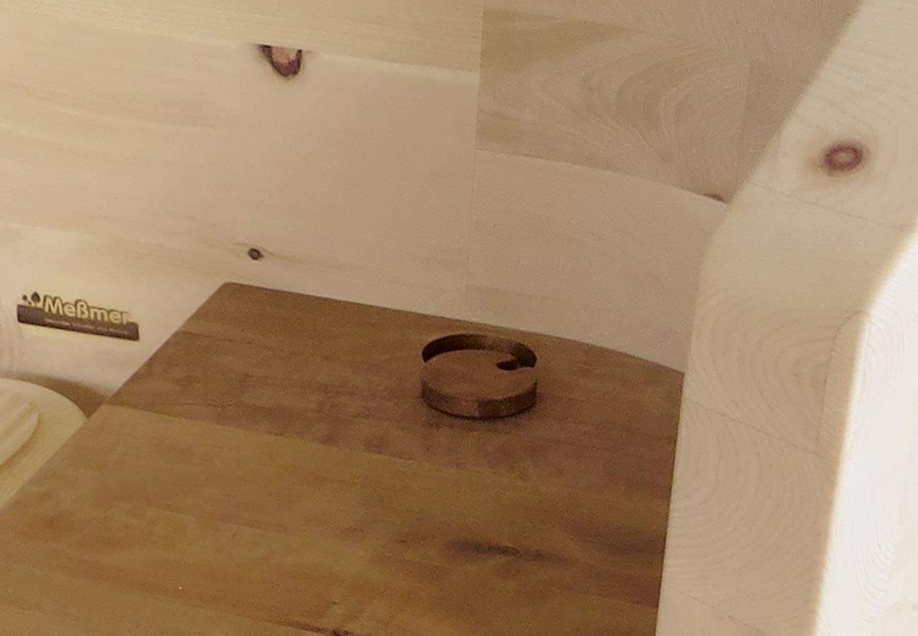 Unsichtbare Kabelführung für die Nachttischlampe: Abdeckplatte der Schublade mit praktischer Bohrung