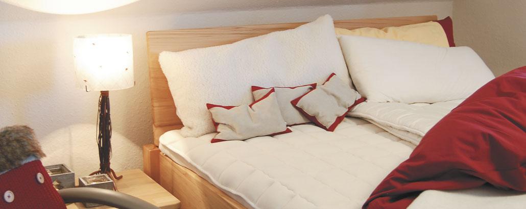 Zirbenbett mit Matratze, Auflagen, Kissen und Bettdecken aus Naturmaterialien
