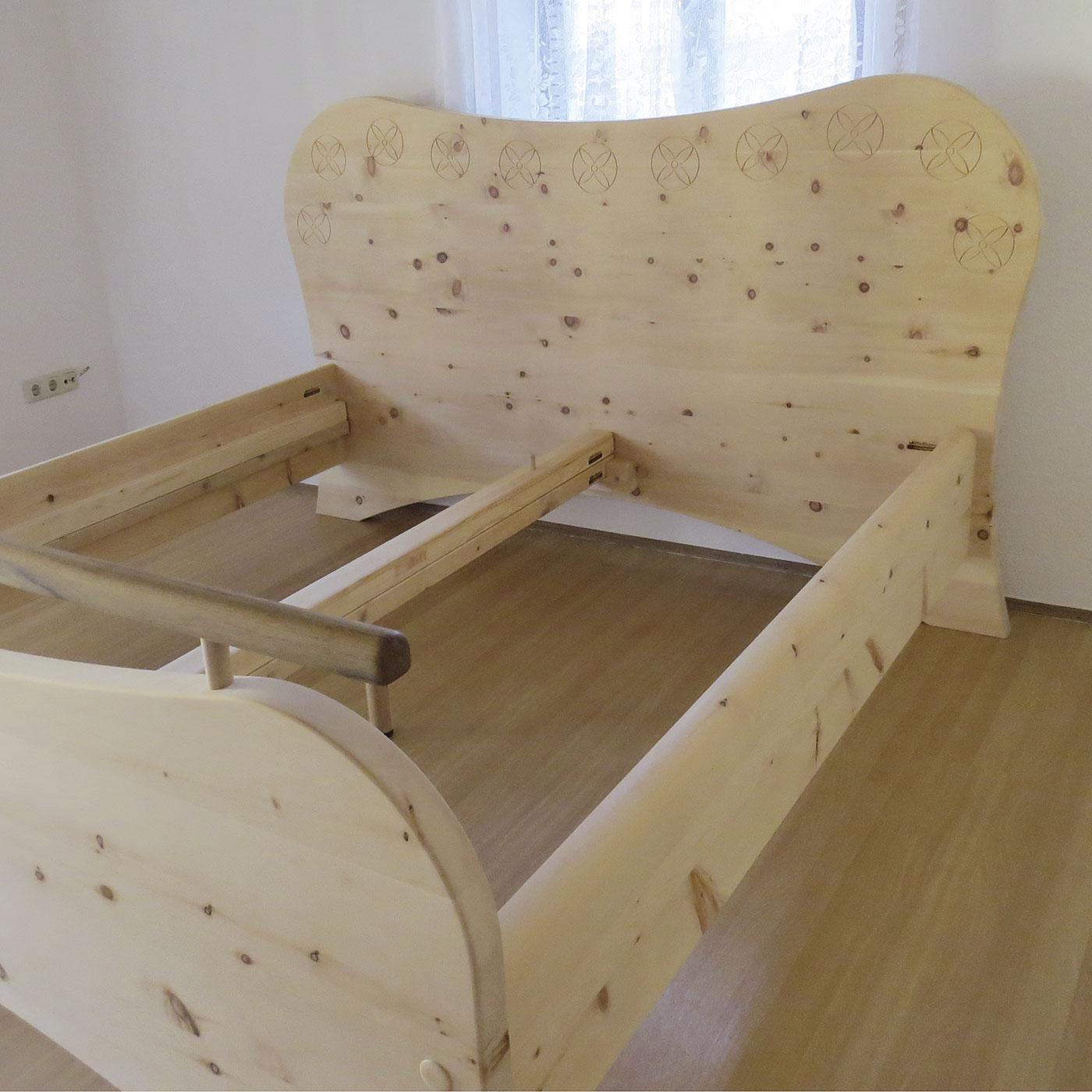 "Bett ""Sommerblüte"" aus Zirbenholz"