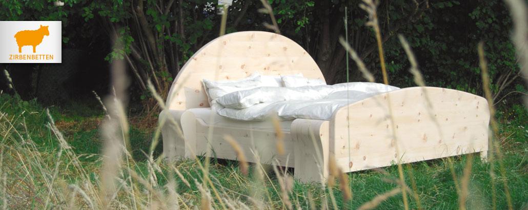 """Zirbenbetten – """"Halbmondbett"""" aus Zirbenholz mit Kopfteil in Halbkreisform und sehr massiven Füßen"""