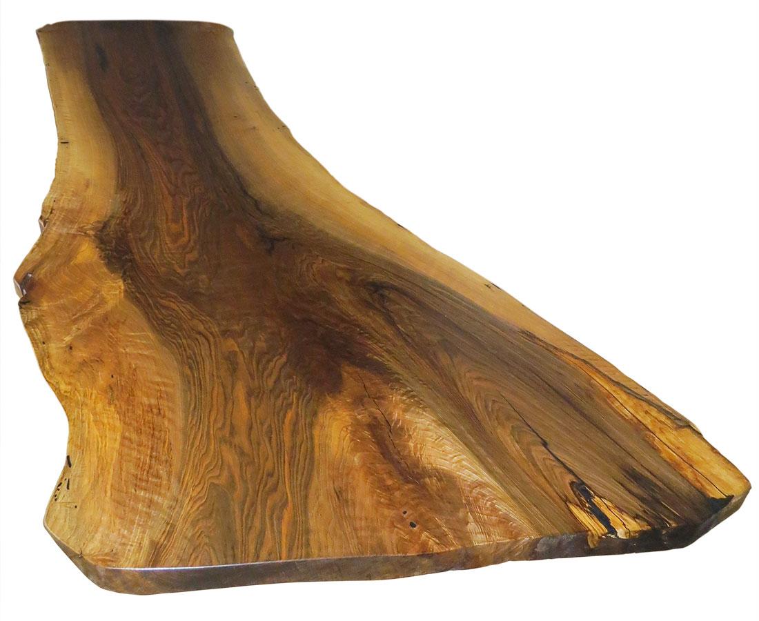 Größe und Form der Tischplatte werden durch den natürlichen Wuchs des Baums bestimmt