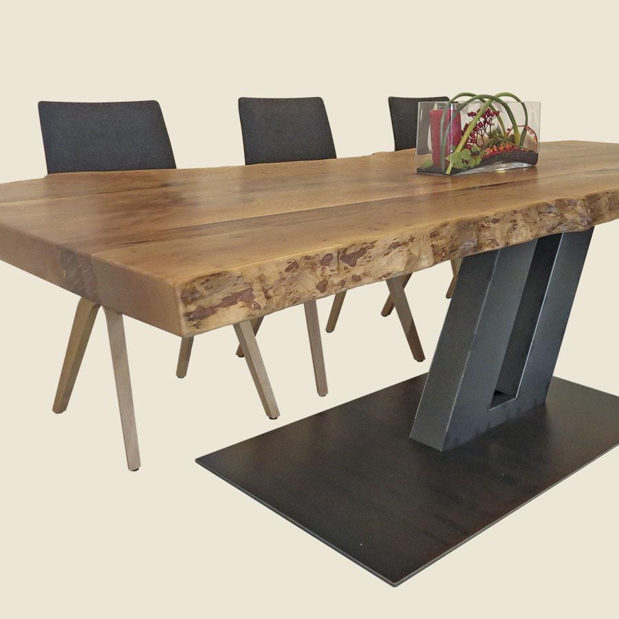 Esstisch aus massiven Stammbohlen (Platane), schräge Fuß-Konstruktion und Platte aus Cortenstahl