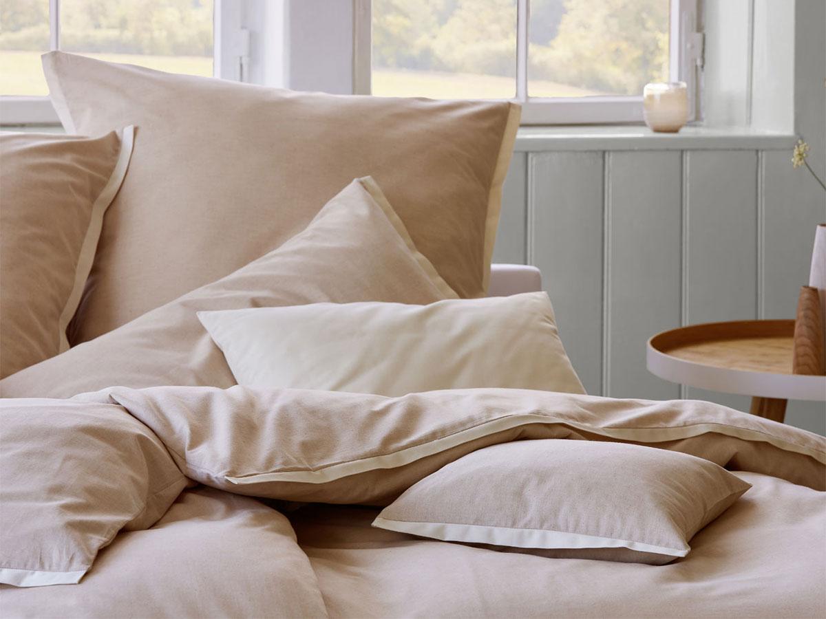 Zum versinken: Kissenberg mit Bettwäsche aus naturbrauner Bio-Baumwolle