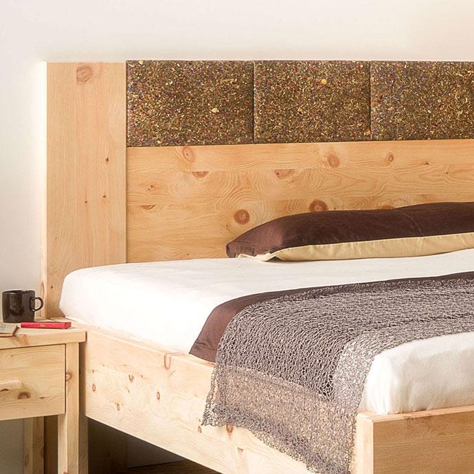 Bett aus Zirbenholz, Kopfhaupt mit Almkräuter-Beschichtung