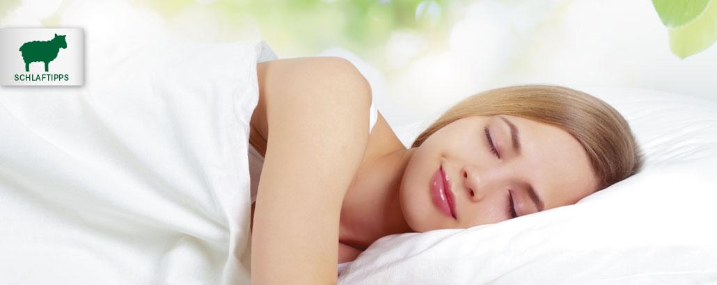 Schlaftipps – Frau liegt entspannt im Bett