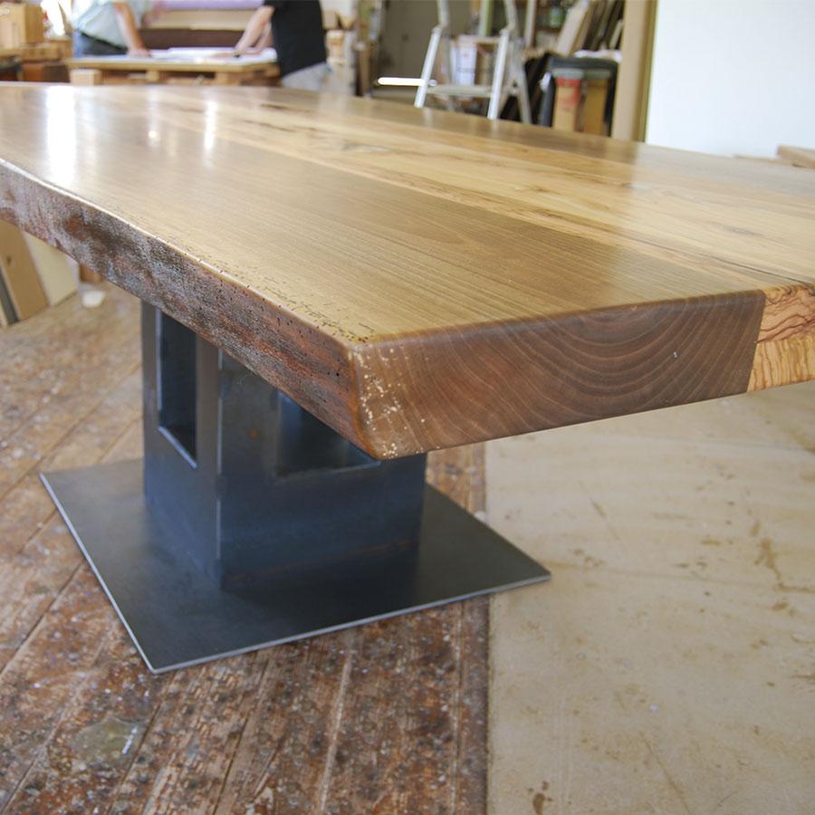 Esstisch aus Stammbohlen mit Naturkante, Säulen-Fuß und Bodenplatte aus Stahl