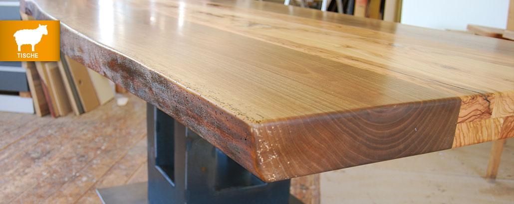 Unikat-Tische – Ecke einer Tischplatte mit Natur-Kante, Gestell in Säulenform aus Corten-Stahl