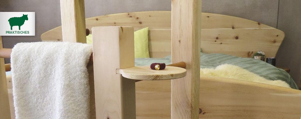 Praktisches aus Zirbe – praktische Beimöbel für Schlafzimmer und Ankleide, wie Stummer Diener, Bettbänke, Truhen, Hocker, Nachtschränke, Spiegel, Garderobenständer