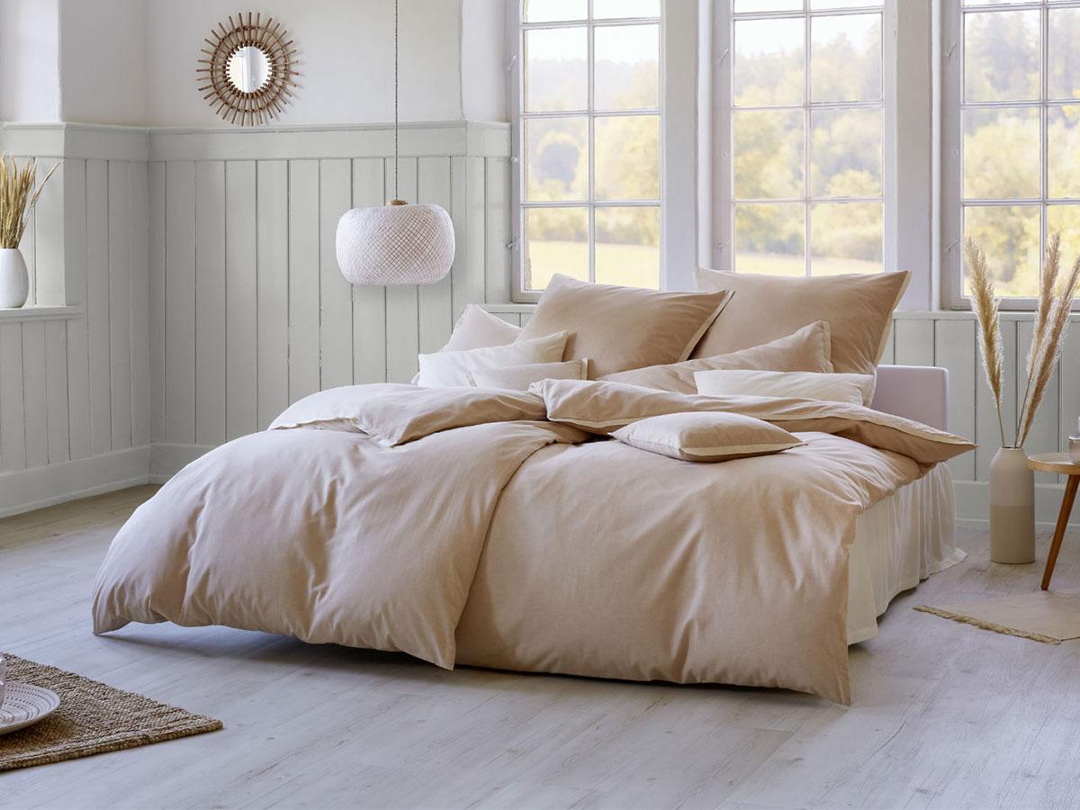 Mein Sommer-Bett: Kissen und Decken mit Bio-Bettwäsche Pur von Cotonea in hellem Naturbraun