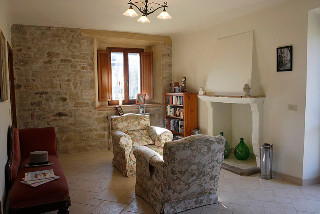 Small sitting room adjacent to the three bedrooms at La Mela Rosa