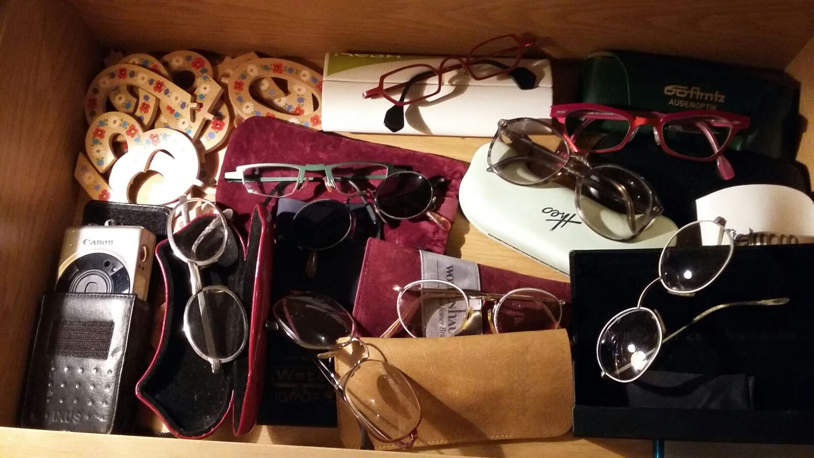 Eine Schublade voll Brillen
