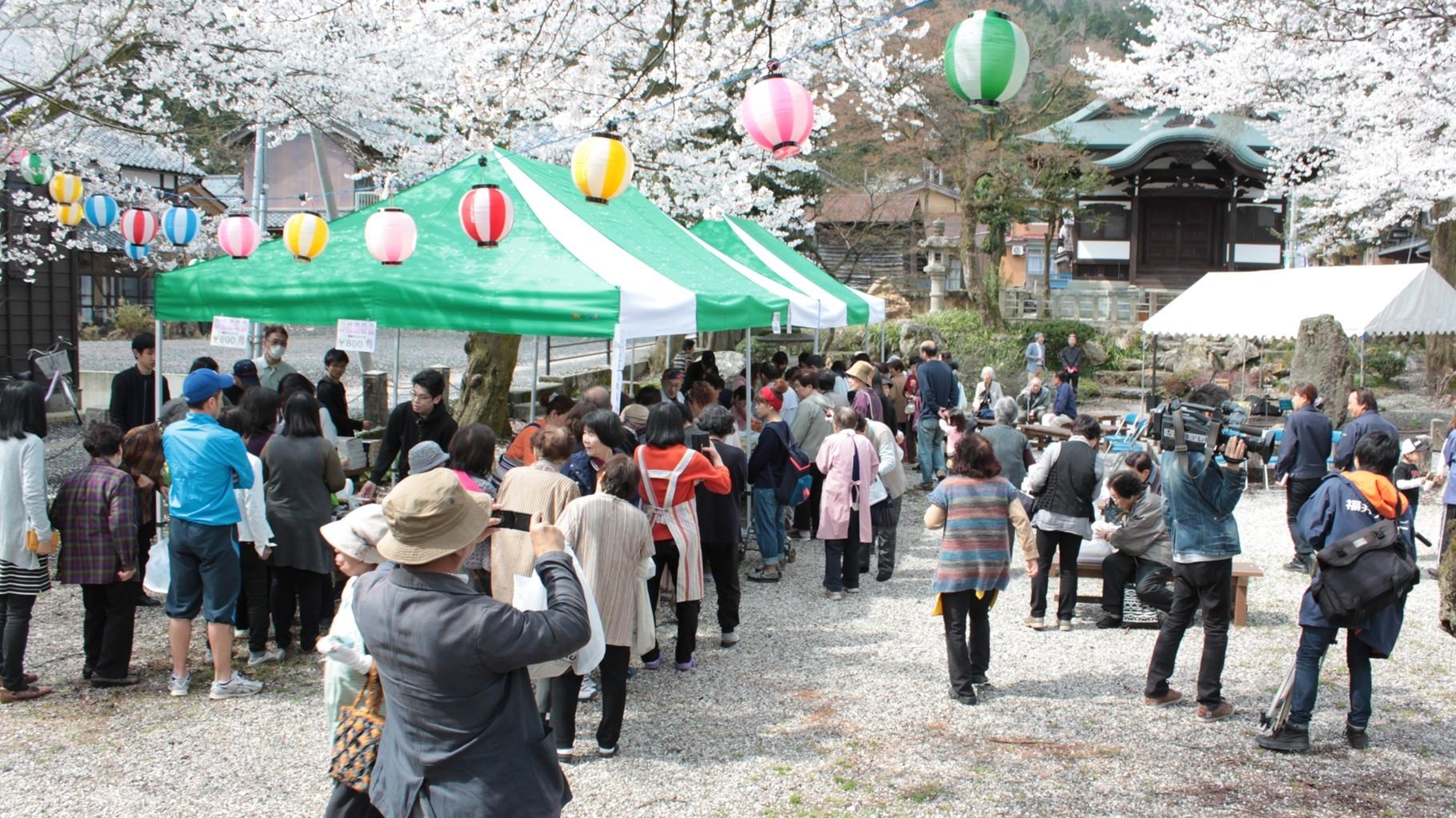 桜が美しい公徳園にて開催