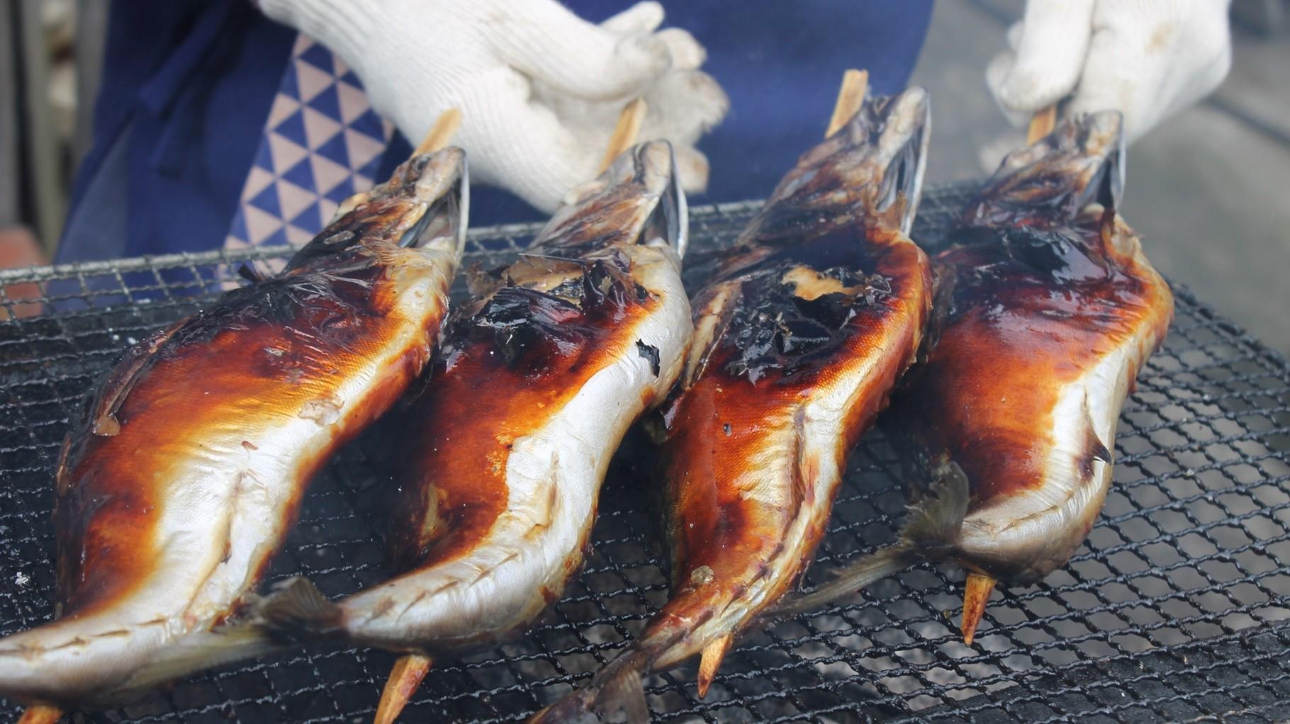 いいにおいがする炭火焼鯖の丸焼き