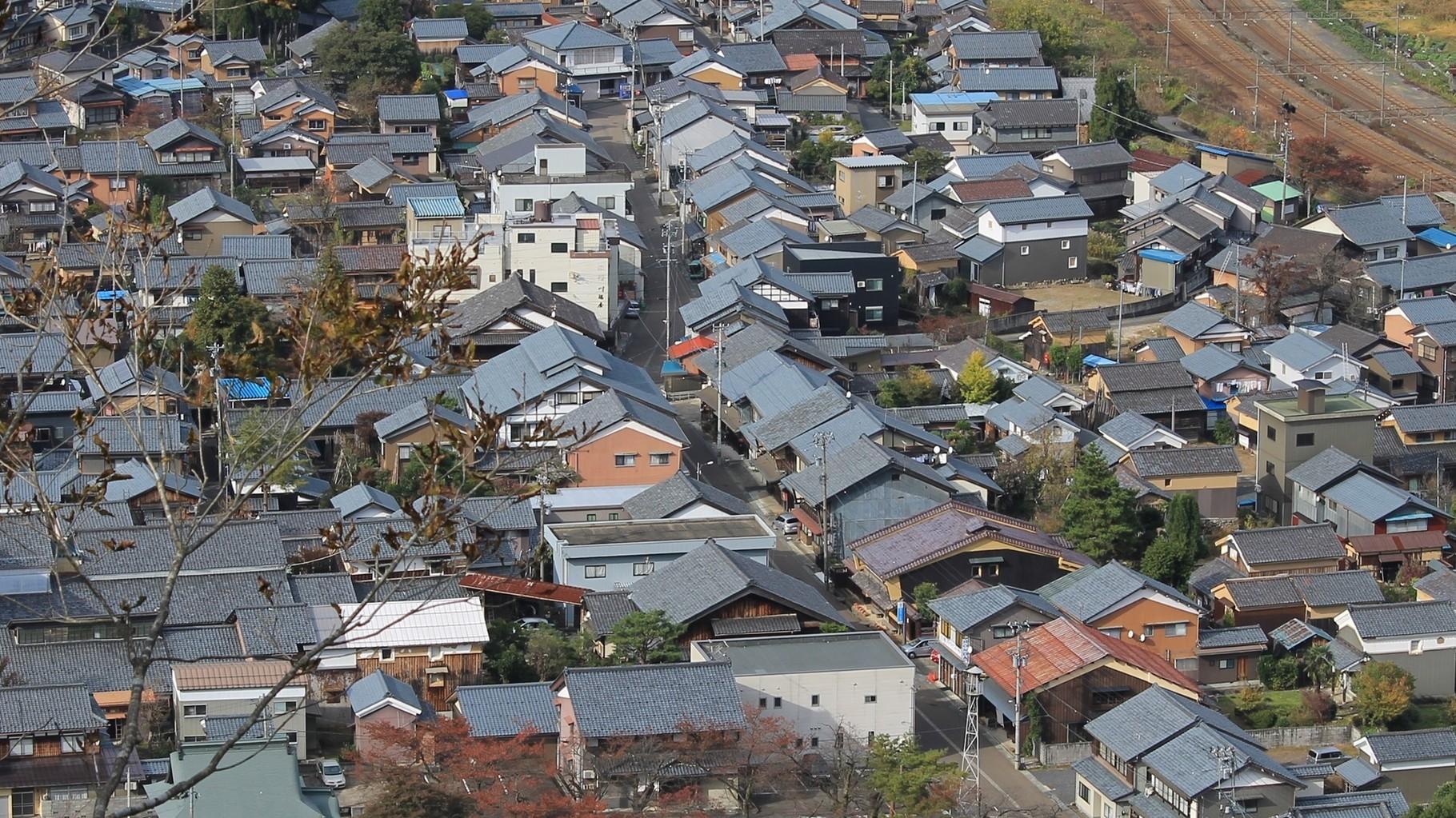 街道沿いに家屋が建ち並ぶ今庄宿