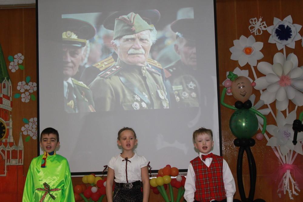 Прадедушка, прадедушка,  Он всю прошёл войну  От Волги и до самого Берлина.  Прадедушка, прадедушка,  Он защищал страну,  Он защищал жену свою и сына...