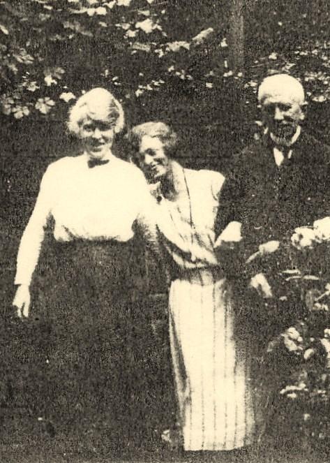 Julie met ouders in Den Haag (1919)