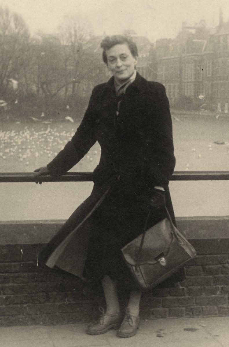 Julie bij de Hofvijver in Den Haag (1952)