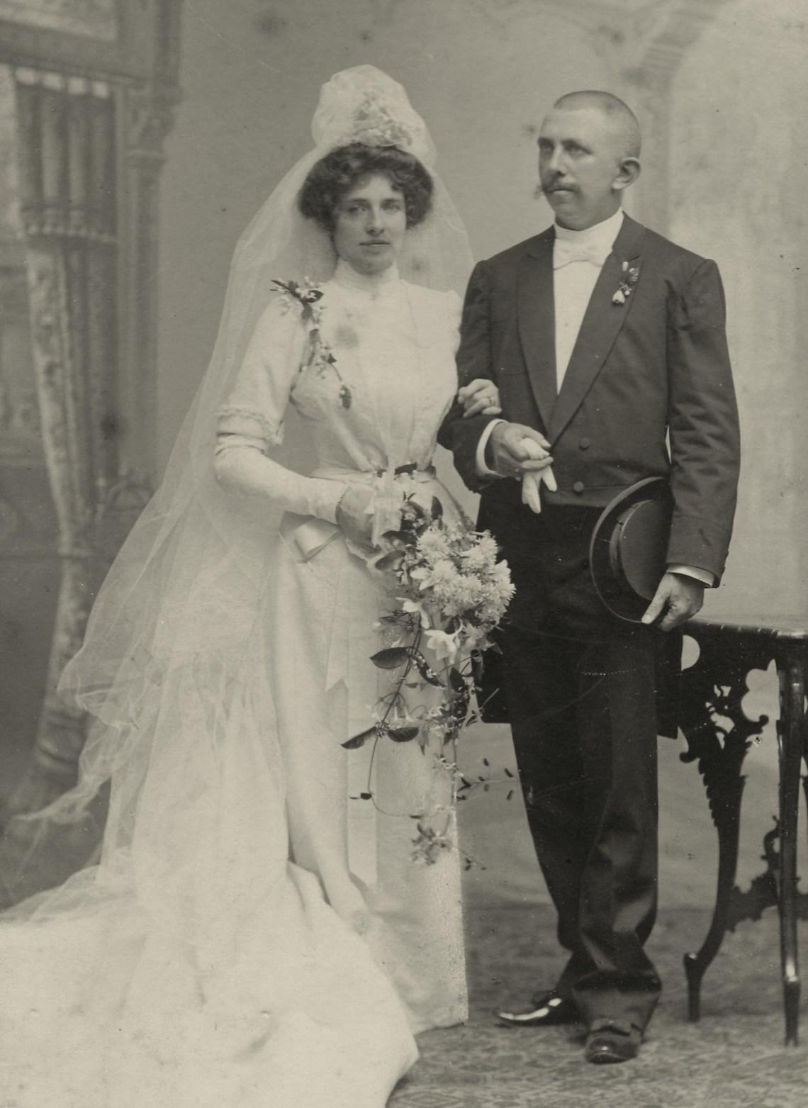 De ouders van Julie in 1901: Julie Frédérique Louise von Boddien (1863-1961) en Peter Jan van der Veen (1864-1923), administrateur van de suikerfabriek Soekowidi op Oost-Java
