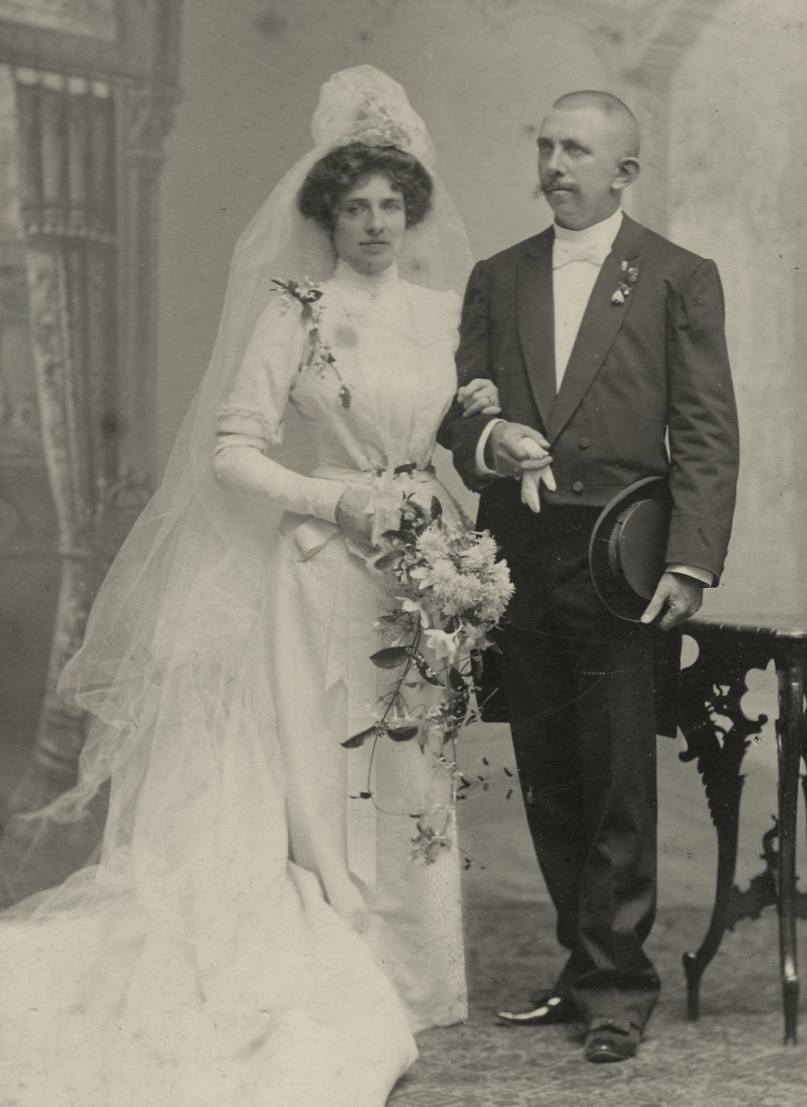 Julie's parents in 1901: Julie Frédérique Louise von Boddien (1863-1961) and Peter Jan van der Veen (1864-1923), director of the sugar refinery Sukowidi on East Java