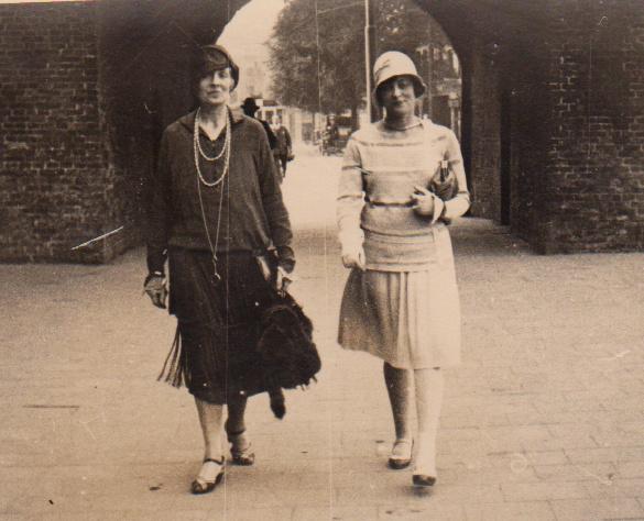 Maman et Julie à La Haye en 1924