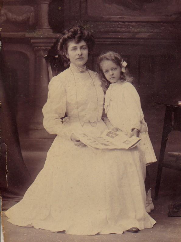 Julie en mama voor vertrek naar Holland in 1908