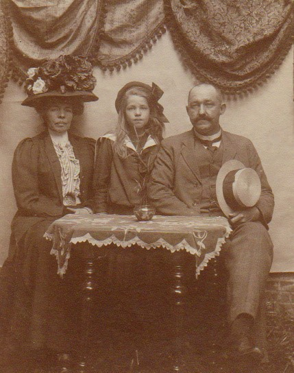 Julie avec ses parents à La Haye (1911)