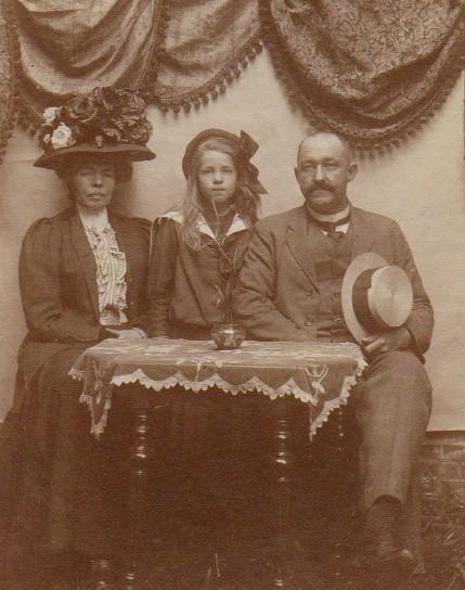 Julie met ouders in Den Haag (1911)