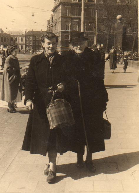 Julie en mama op het Buitenhof in Den Haag (april 1955)