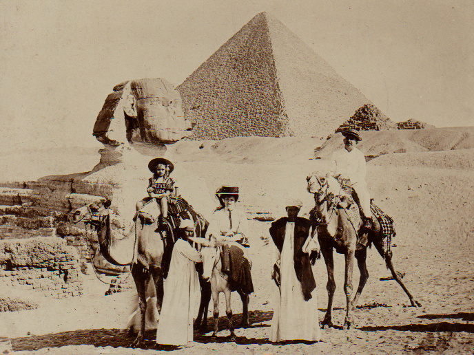 Familie Van der Veen op terugreis naar Nederland bij de piramide van Cheops (11 mei 1909)