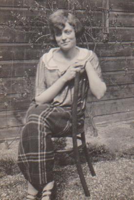 Julie in tuin Banstraat Den Haag (1920)