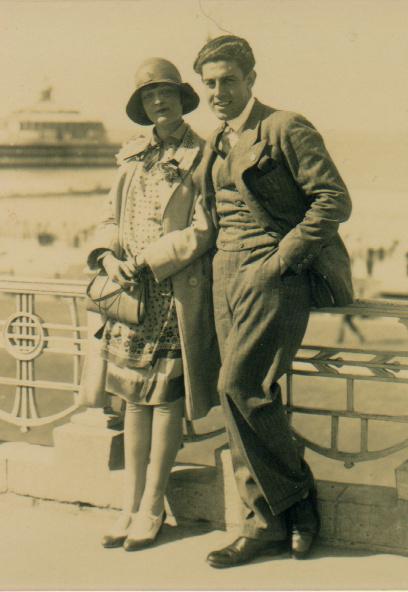 Julie met Yunis Bahri in Scheveningen. Op de achtergrond de oude pier, het Wandelhoofd Koningin Wilhelmina (1929)