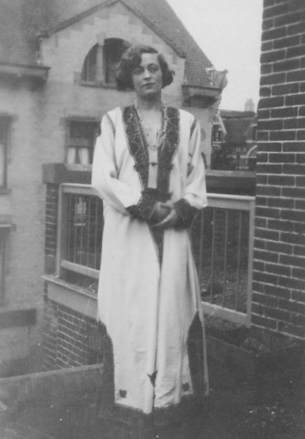 Julie in boernoes in The Hague (1929)