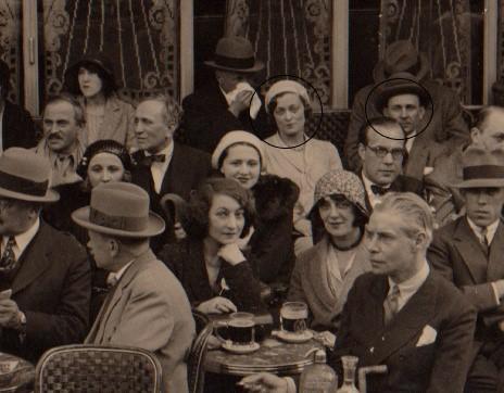 Julie met Nicolas Poliakoff op een terras in Parijs (1926)