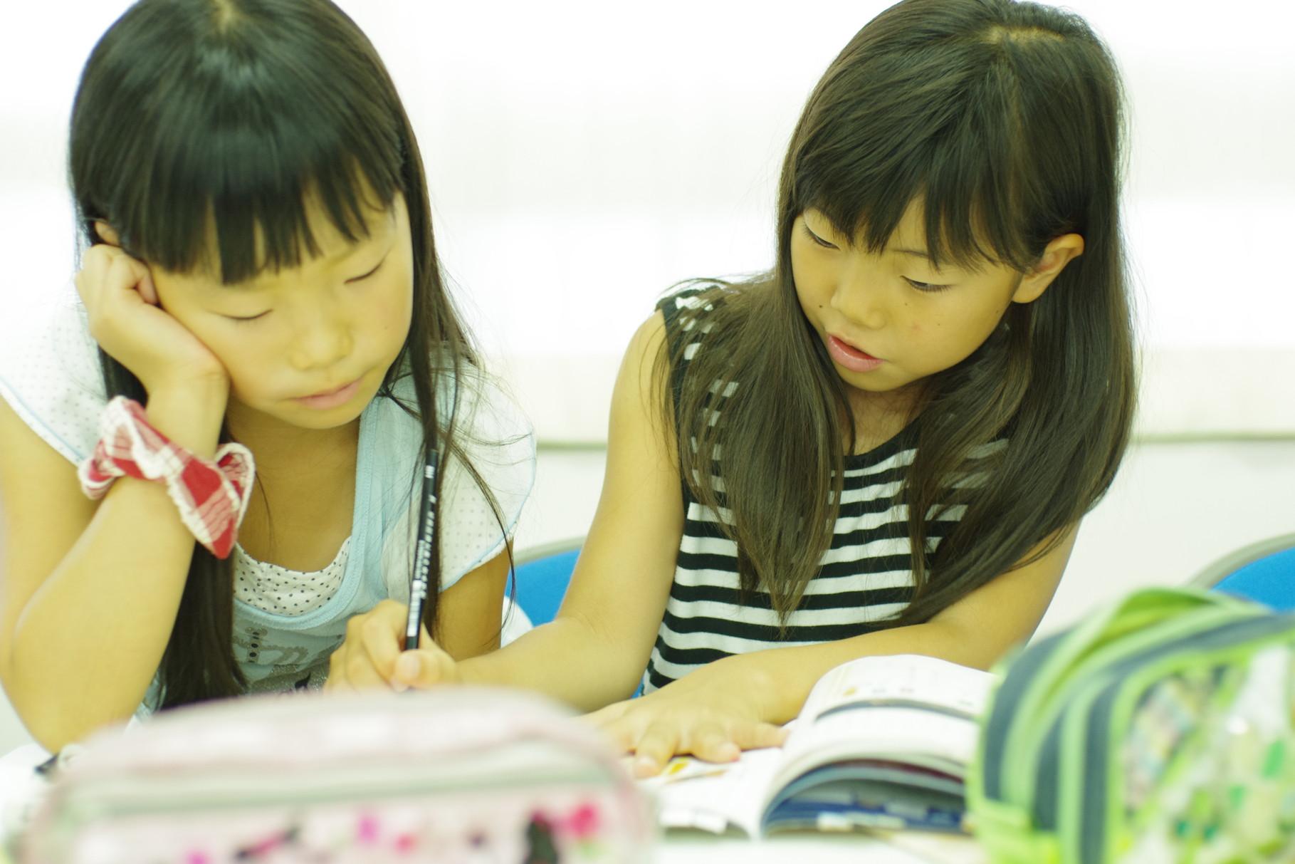 みんなでわからない問題を教え合い学び合います。みんなで助け合い、学び合えばすぐに解ける!