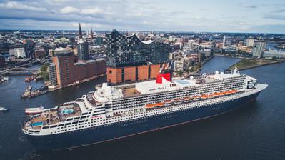 Queen Mary 2 vor der Elbphilharmonie in Hamburg // © Cunard Line