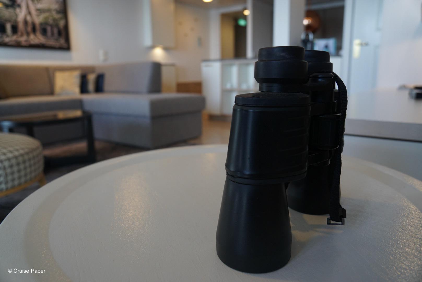 Ein Fernglas steht in der Suite zum Beobachten bereit