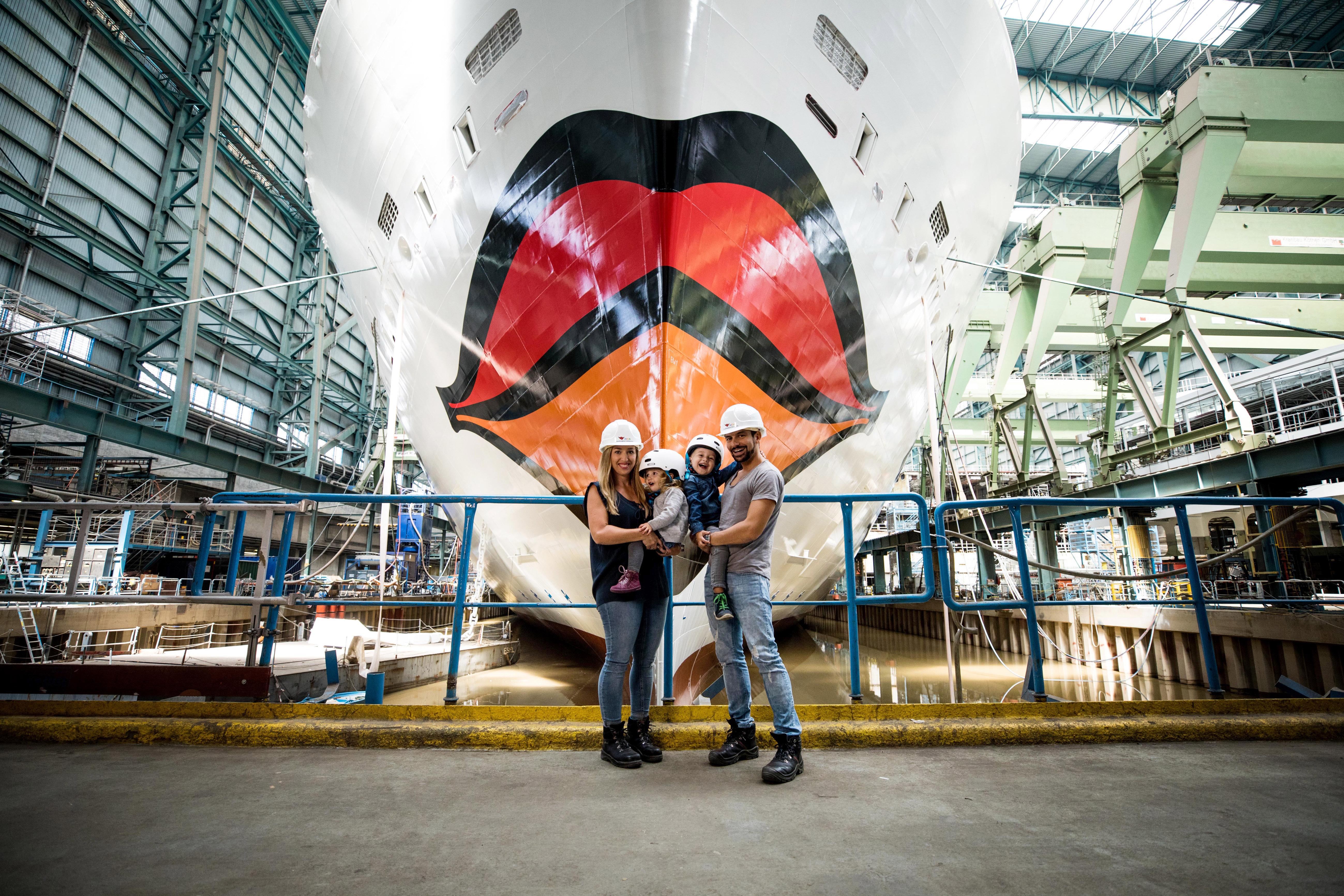 Familie Mirza vor AIDAnova's Kussmund // ©AIDA Cruises