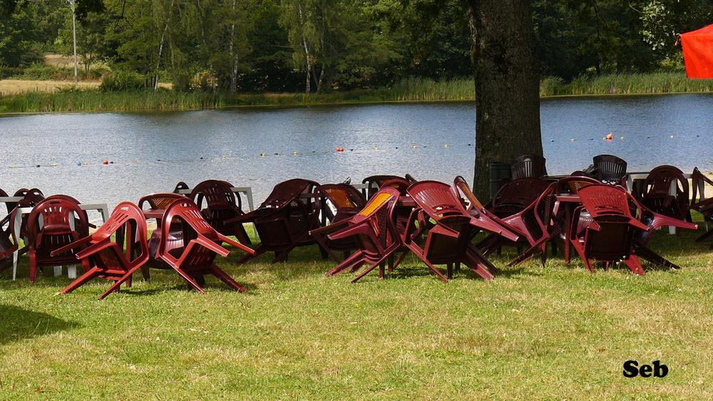 ...des chaises prêtes à accueillir des fesses exténuées d'avoir tant dansé...