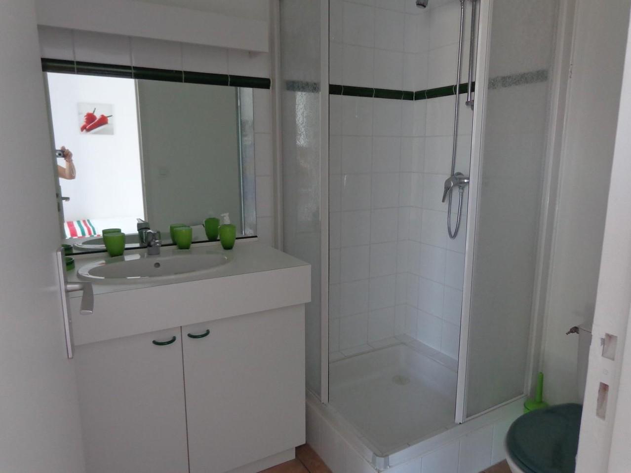 salle de bain studette rouge piment