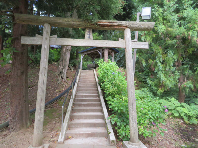 大蛇「七滝明神」を祀る七滝神社