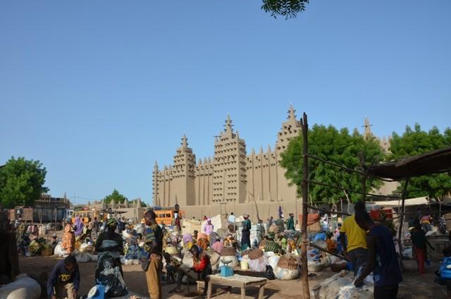 die Mosche mit Markt im Vordergrund